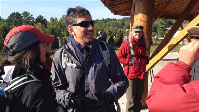 Stanley Vollant poursuit un périple de 6000 km à pied qu'il a entamé en 2010.