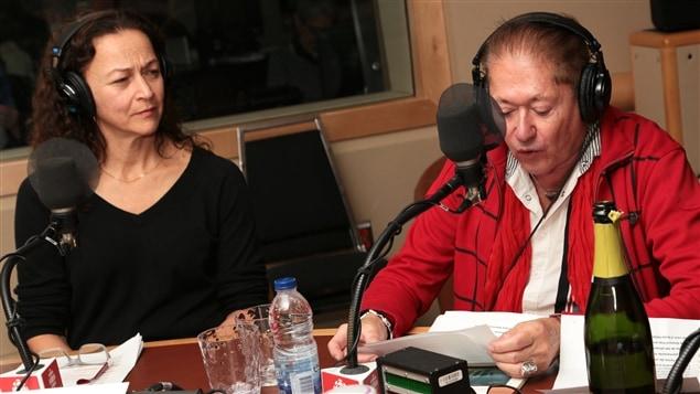 Sylvie Drapeau écoute avec attention l'hommage de Jean-Paul Daoust à Hélène Pedneault.