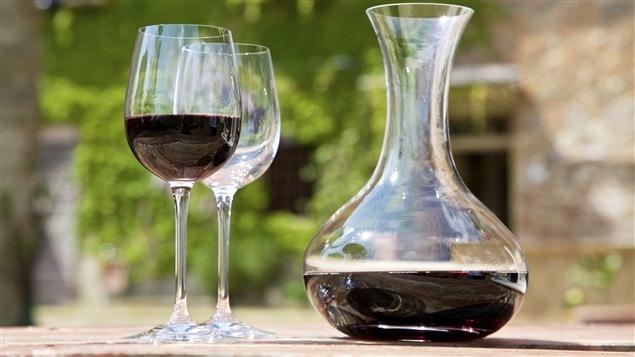 Des verres et une carafe pour le vin