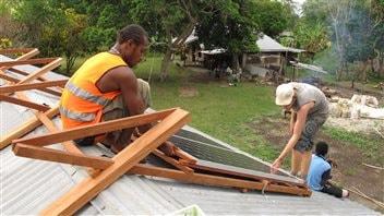 Installation de panneaux solaires sur le toit d'une école au Vanuatu