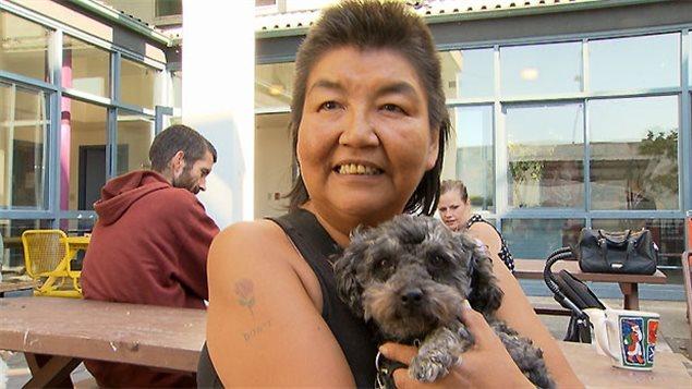 Une dame et son chien lors de la clinique vétérinaire gratuite de la fin de semaine dans le Dowtown Eastside de Vancouver