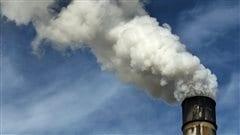 Une cheminée industrielle polluante