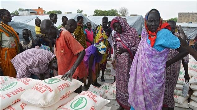 Des réfugiés à un point de distribution de nourriture au Soudan du Sud