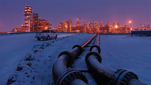Une usine de sables bitumineux, située à environ 75 km au nord-est de Fort McMurray en Alberta.