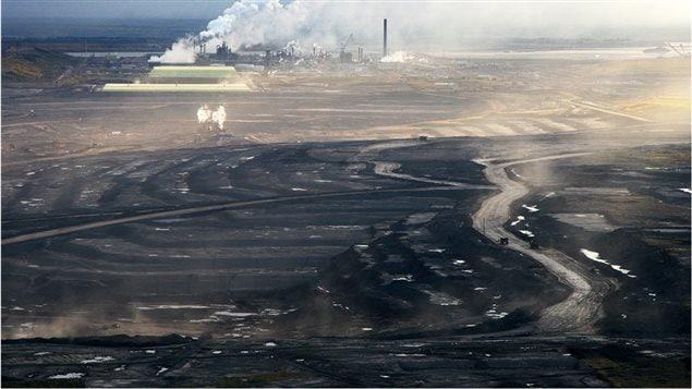 L'usine Syncrude de pétrole lourd tout près de Fort McMurray dans la province de l'Alberta.