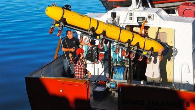 Un véhicule sous-marin autonome de l'Université de Victoria va être mis à l'eau depuis un navire de Parcs Canada.