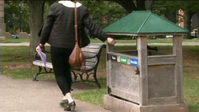 Des boites à ordures, recyclage et composte sont disposé dans plusieurs lieux publics de l'Île-du-Prince-Édouard.