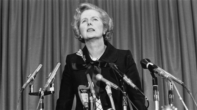Margaret Thatcher lors d'une conférence de presse en 1975