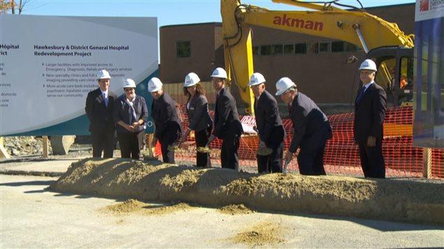 Pelletée de terre pour le début des travaux d'agrandissement de l'Hôpital général de Hawkesbury
