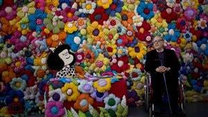 Quino pose lors de l'inauguration d'une exposition consacrée à Mafalda à Buenos Aires, en Argentine (15 septembre 2014)