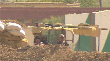 À 60 mètres, le groupe État islamique toise les peshmerga