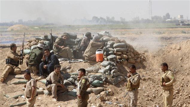 Des peshmergas tiennent une position à Dakouk, dans le nord de l'Irak.