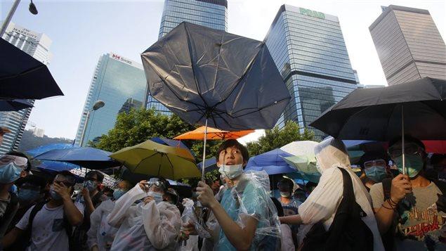 Une manifestante avec un parapluie à Hong Kong, le 29 septembre 2014