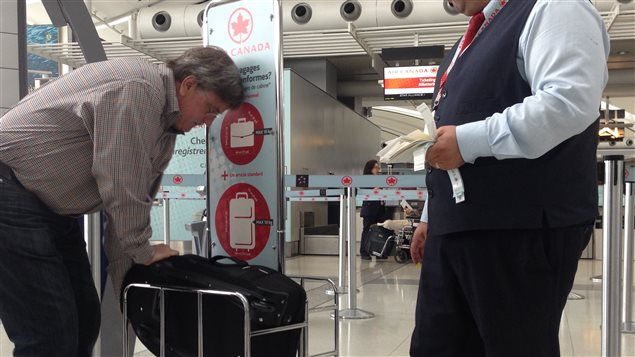 la facture des bagages en avion s alourdit pour les passagers canadiens. Black Bedroom Furniture Sets. Home Design Ideas