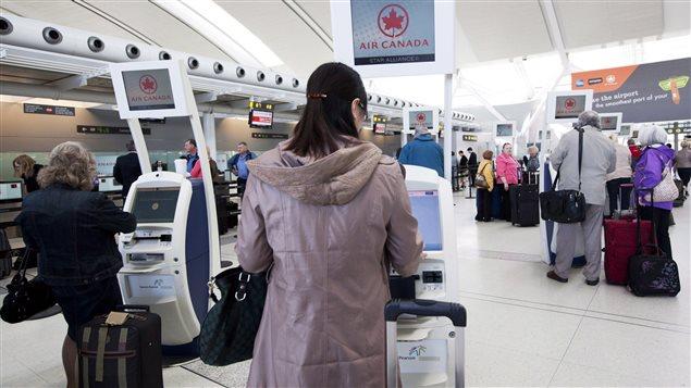 Des passagers enregistrent leurs bagages à l'aéroport Pearson de Toronto (archives).