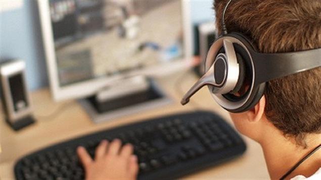 Un jeune joue à un jeu vidéo.
