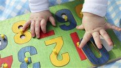 Un bébé s'amuse avec un casse-tête de chiffres