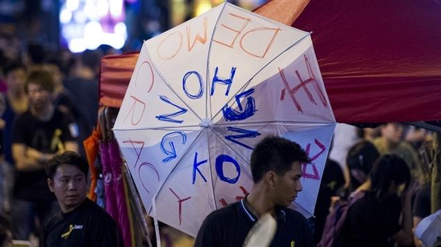 Des manifestants tiennent des parapluies à Hong Kong