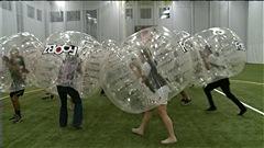 Des joueurs s'affrontent lors d'un match de « Bubble Football » (ou « Bubble Soccer »).
