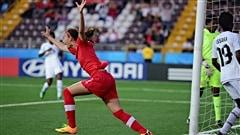 Un groupe de joueuses étoiles de soccer féminin a déposé une poursuite pour empêcher la présentation de la Coupe du monde de soccer, qui doit se dérouler au Canada l'an prochain. Les joueuses refusent de jouer sur un terrain synthétique. Helder Duarte est entraîneur-chef du Rouge et Or soccer féminin.
