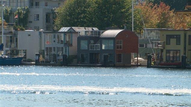 Vivre dans sa maison sur l 39 eau toute l 39 ann e ici for Maison flottante