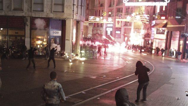 Manifestantes pro kurdos en Estambul.