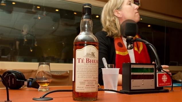 L'une des bouteilles de whisky rapportées d'Écosse par Lesley Chesterman (derrière)