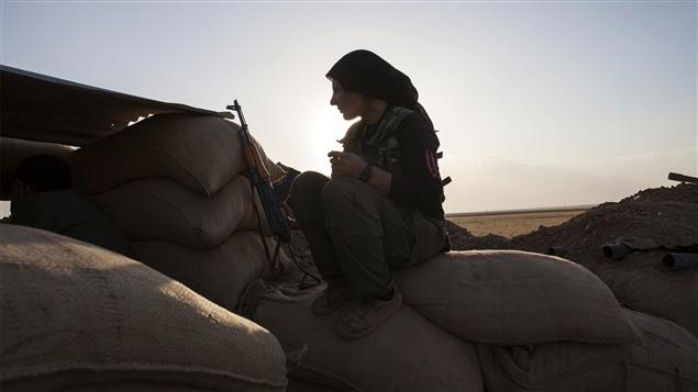 Une combattante de la branche kurde syrienne au front