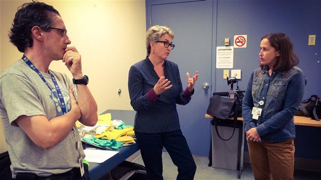 Préparatifs de départ avec le caméraman Frédéric Tremblay et Nathalie Gagné, conseillère en prévention des infections à l'hôpital Maisonneuve-Rosemont.