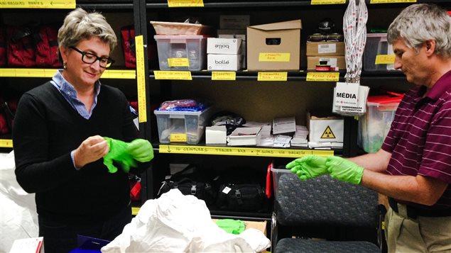 Essayage de gants avec Jan Caron, directeur technique des productions à Radio-Canada.