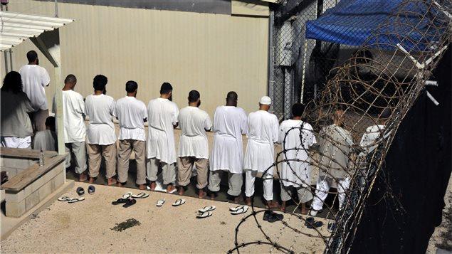 Prisioneros en el campo militar de Guantánamo, Cuba