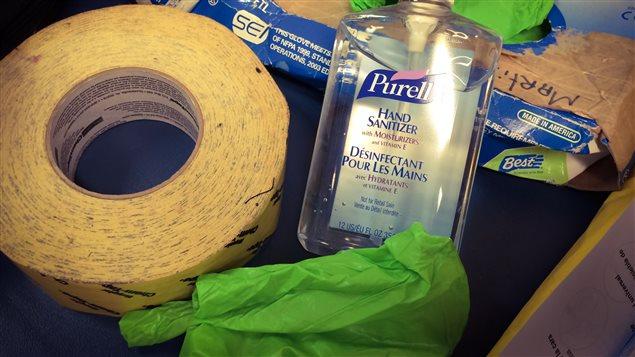 Des gants et du désinfectant, deux items essentiels.