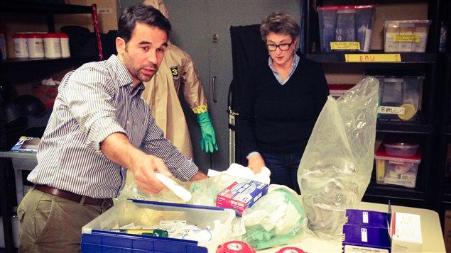 Benoît Suire, chef déploiements et activités à hauts risques à Radio-Canada, présente les différents équipements à Sophie Langlois.