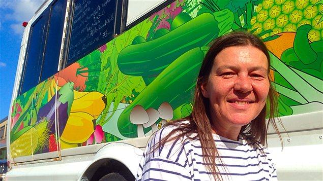 Manon Proulx devant le camion qui sert de marché ambulant