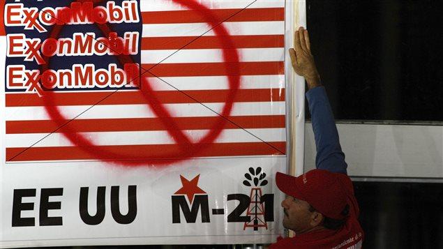 Bannière contre la pétrolière ExxonMobil au Venezuela, mars 2008
