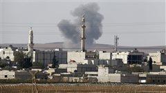 Une colonne de fumée s'élève de la ville de Kobané.