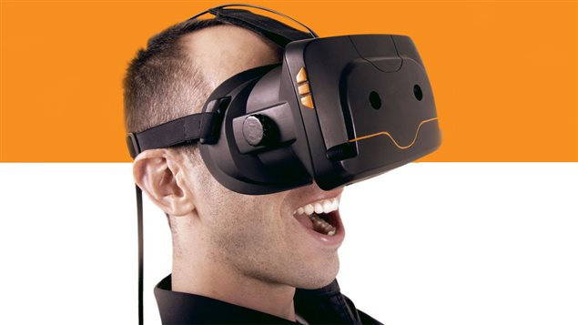un casque de r alit virtuelle qu b cois face aux g ants. Black Bedroom Furniture Sets. Home Design Ideas