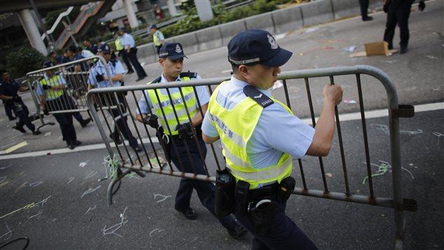 Policías desmantelando las barricadas construidas por los manifestantes en las últimas semanas