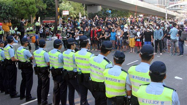 Policías y manifestantes prodemocráticos frente a frente