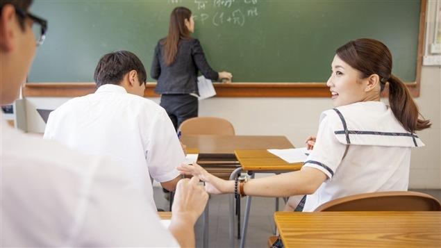 Des étudiants en uniforme à l'école privée