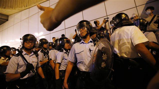 Des centaines de policiers ont fait usage de gaz au poivre dans la nuit de mardi à mercredi. Le nombre de manifestants a diminué de façon significative, mais des affrontements avec la police ont éclaté encore cette semaine à Hong Kong.