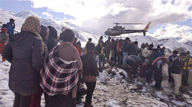Un hélicoptère de l'armée népalaise atterrit pour secourir un randonneur blessé par une avalanche survenue sur les sentiers de l'Annapurna