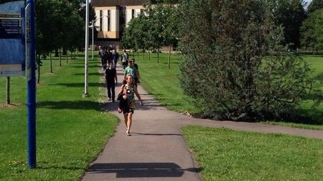 Des étudiants internationaux croient que l'Université de Moncton devrait imiter l'Université d'Ottawa en nivelant les droits de scolarité.