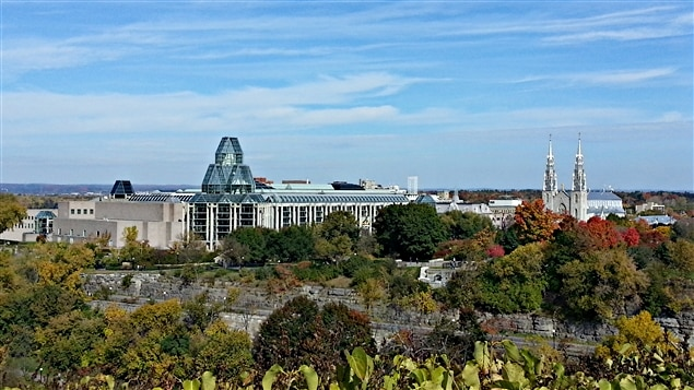 Une vue du Parlement d'Ottawa sur le Musée des Beaux-arts du Canada. (13-10-14)