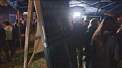 Des centaines de personnes se sont d�plac�es pour la nuit des sans-abris dans le quartier Saint-Roch