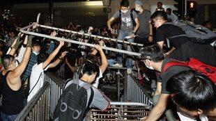 Des manifestants installent de nouvelles barricades sur une route du quartier Mong Kok après le retrait de la police (18/10/2014)
