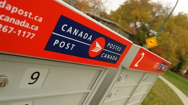 Une boîte postale communautaire à Winnipeg, le 20 octobre 2014.