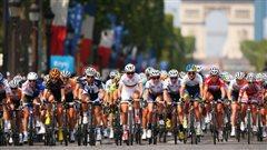 Le peloton f�minin sur les Champs-�lys�es en juillet 2014.