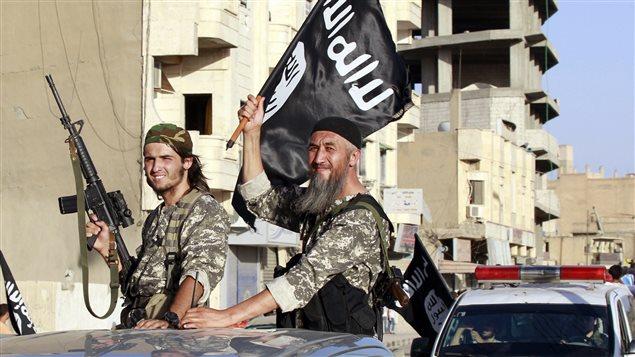 Des combattants du groupe armé État islamique