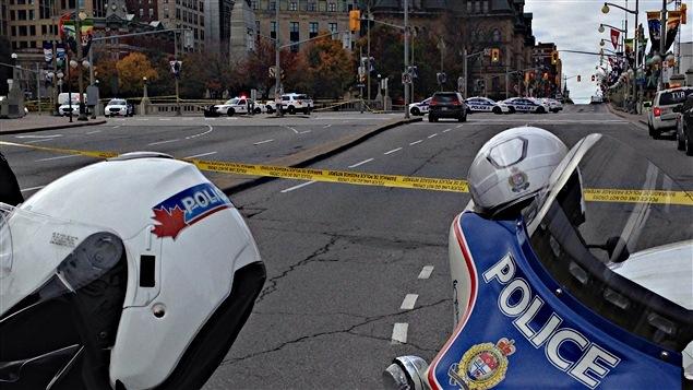 Les forces policières sont déployées au centre-ville d'Ottawa à la suite de la fusillade.